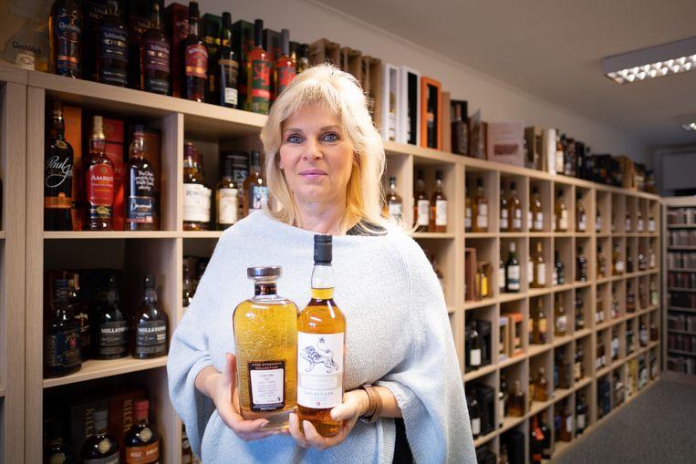 Pascale Heynen temidden haar grote collectie whiskey.