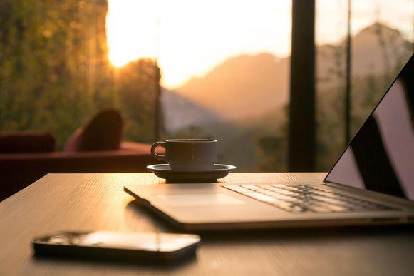 In de zomer komt de zon zo vroeg op dat het al licht is terwijl de meeste mensen nog slapen. Door de klok te verzetten lijkt de zon later op te komen en weer onder te gaan.