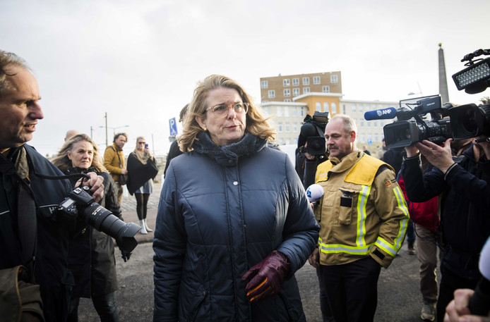 2019-01-01 16:19:31 SCHEVENINGEN - De Haagse burgemeester Pauline Krikke spreekt in Scheveningenmet een boze buurtbewoner  in het gebied waar de schade is ontstaan door de door lucht vliegende vonken van het grote vreugdevuur op het strand bij Scheveningen. ANP BART MAAT