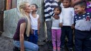 Paris Hilton bezoekt slachtoffers van aardbeving in Mexico en geeft ze... parfum en kussentjes