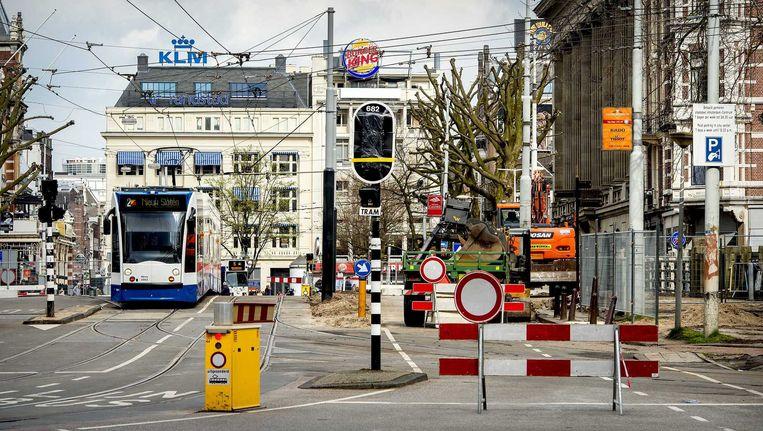De Leidsebrug wordt als eerste gerenoveerd, Alleen trams kunnen erover, taxi's moeten omrijden via de Marnixstraat. Beeld anp