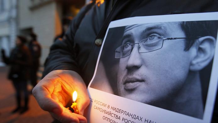 Een man herdenkt de Russische asielzoeker Aleksandr Dolmatov.