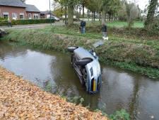 Automobilist rijdt sloot in langs Korte Striep in Sint Anthonis