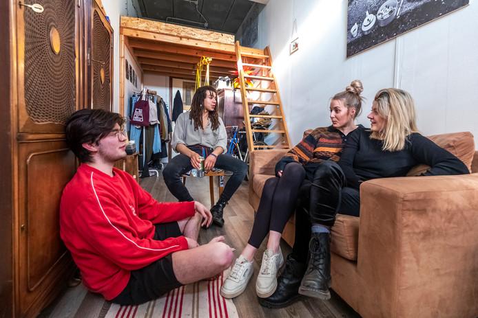 V.l.n.r. Marcel Kouwenhoven, Fabrizio Taoufik, Christina Klubert en Kathy Speyer in de kamer van Christina.