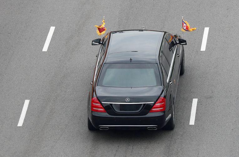 De kentekenloze auto waarin Kim Jong-un vervoerd werd. Hij had zijn zus ook bij.