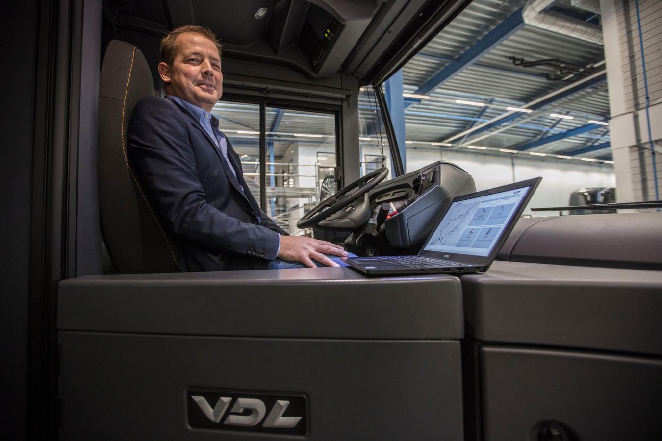 Menno Kleingeld heeft de laptop bij de hand in een elektrische bus in de werkplaats van VDL ETS.