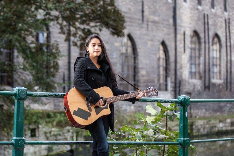 """Joni Sheila: """"Ik leerde mezelf gitaar spelen."""""""