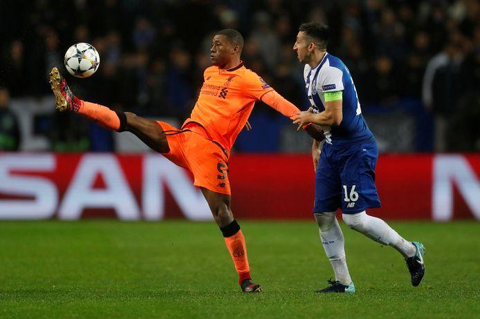 Georginio Wijnaldum houdt de Mexicaanse middenvelder Hector Herrera (FC Porto) van zich af.
