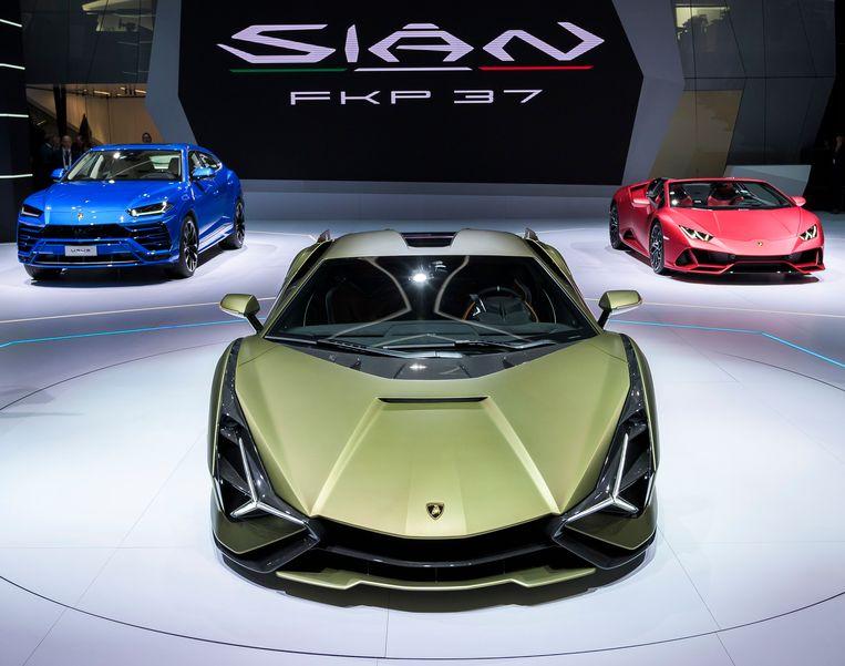 Vanaf links: de Lamborghini Urus, de Lamborghini Sian FKP 37 en de Lamborghini Huracan EVO Spyder. Beeld AP