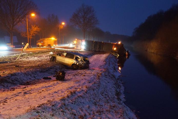 De vrachtwagen kwam in de sloot terecht, de auto belandde in de berm.
