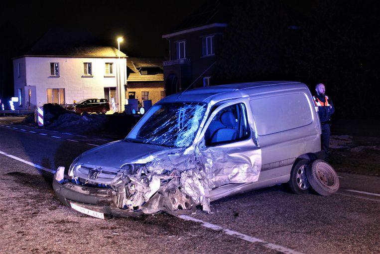 Brandweerzone Zuid West Limburg kwam ter plaatse om de automobilist te bevrijden.