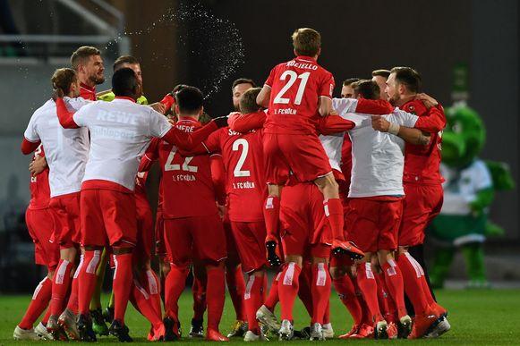 FC Keulen-spelers juichen na de 0-4-zege bij Greuther Fürth, de terugkeer naar de Bundesliga is een feit.