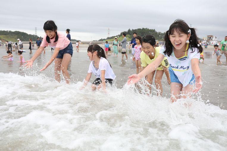 Kinderen spelen met golven tijdens de opening van het strand voor het publiek in Kita Izumi in Minami Soma stad, Fukushima, 20 juli 2019.