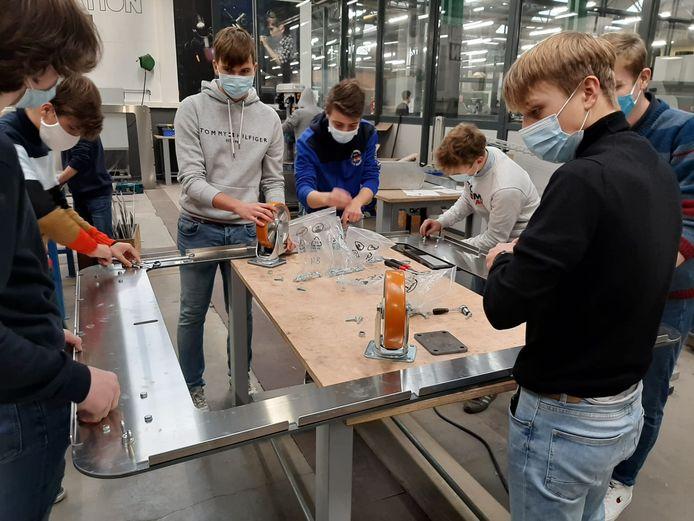 Leerlingen van het  VTI werken aan het geraamte van de nieuwe reus Jempi.