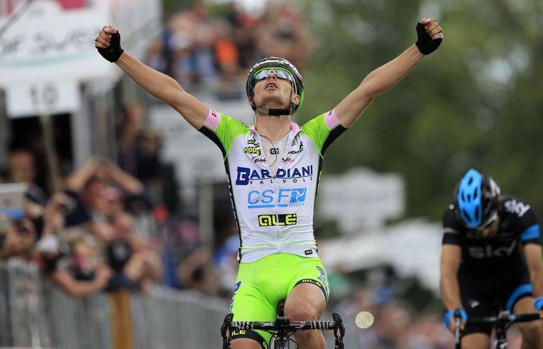Enrico Battaglin kwam uit het niets terug aan het front. Dario Cataldo (r) boog het hoofd in een sprintje.