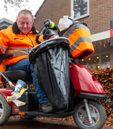 Jan Vos uit Staphorst is half verlamd,  maar raapt afval door weer en wind