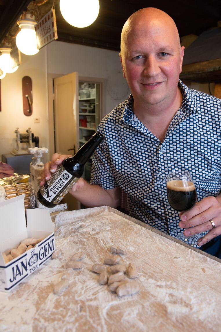 Sam Vanderstraeten met Stouten Blackie, het bier dat hij maakt met de lekkies van Jan van Gent.