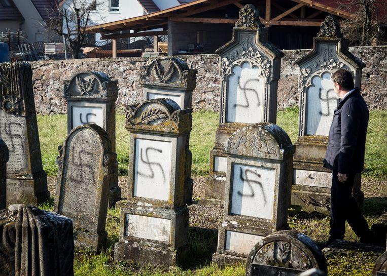 Gevandaliseerde grafzerken op een joodse begraafplaats nabij Strasbourg.