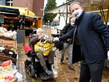 Van corona herstellende burgemeester deelt gratis mondkapjes uit: 'Het dragen moet verplicht worden'