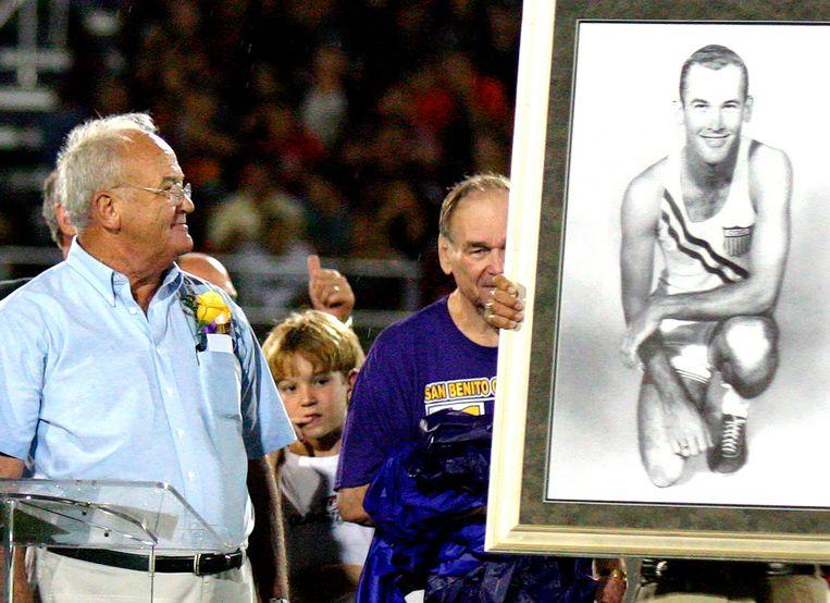 Bobby Joe Morrow (links) wordt geëerd met een Olympisch portret tijdens de inwijding van het Bobby Morrow-stadion in San Benito, Texas, in oktober 2006. Beeld AP