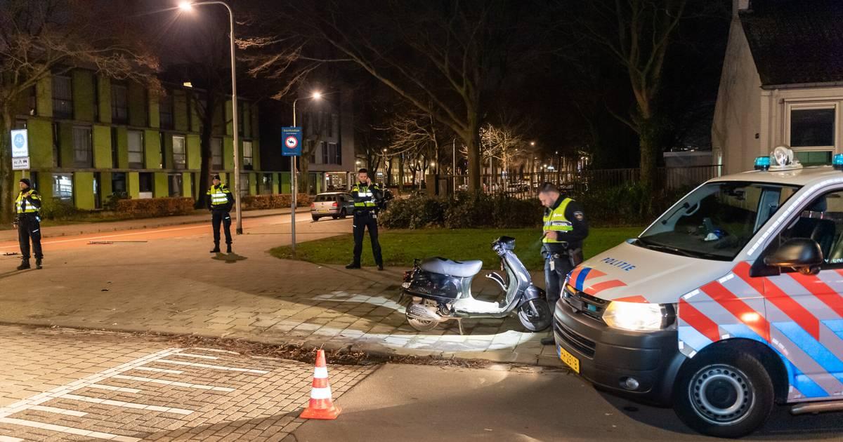 Automobilist vlucht na botsing met agent op scooter in Tilburg.