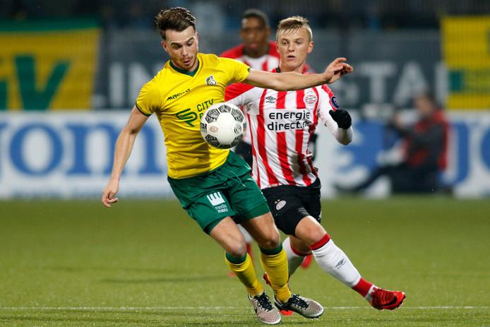Fortuna Sittard-middenvelder Jorrit Smeets (l) in duel met Jong PSV-aanvaller Albert Gudmundsson.