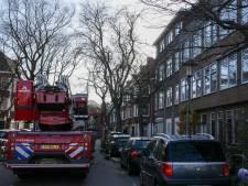 Brand op dakterras door omgevallen vuurkorf, een man lichtgewond