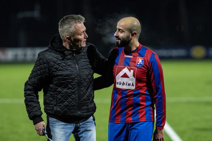 Trainer Bob Hartemink (links) bespreekt de eerste helft met aanvoerder Sefa Kamus. Foto Jan van den Brink