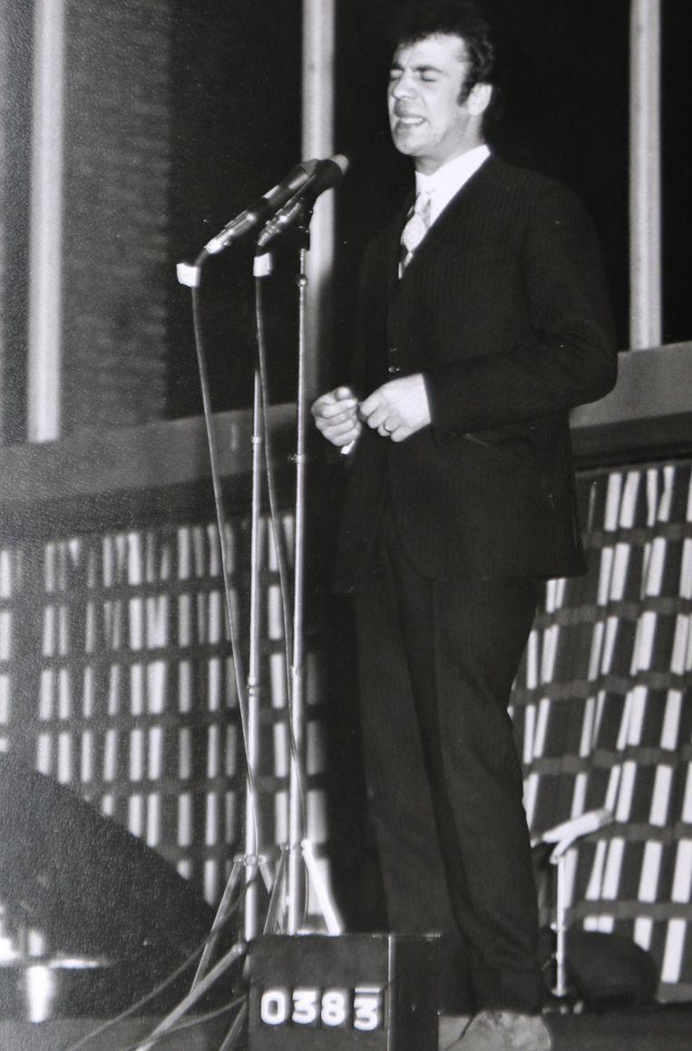 De zanger in actie tijdens een opname voor de BRT in 1964 voor het programma 'Ontdek de Ster'.