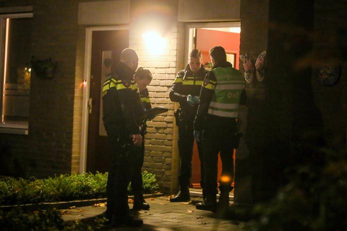 In de Paulus Potterlaan in Helmond is een gewapende woningoverval gepleegd. Twee overvallers drongen de woning in, bedreigden de bewoners met een vuurwapen en bonden hen vast.
