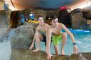 Sjoerd en Matthijs klimmen over de rotsen het zwembad van het Sportiom uit, alle rotsen zullen na de verbouwing verdwenen zijn.