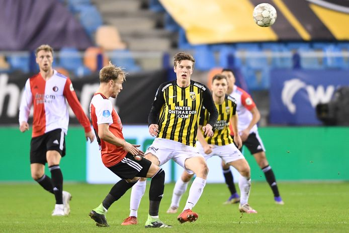 Vitessenaar Daan Huisman (midden) in duel met Feyenoorder Mark Diemers.