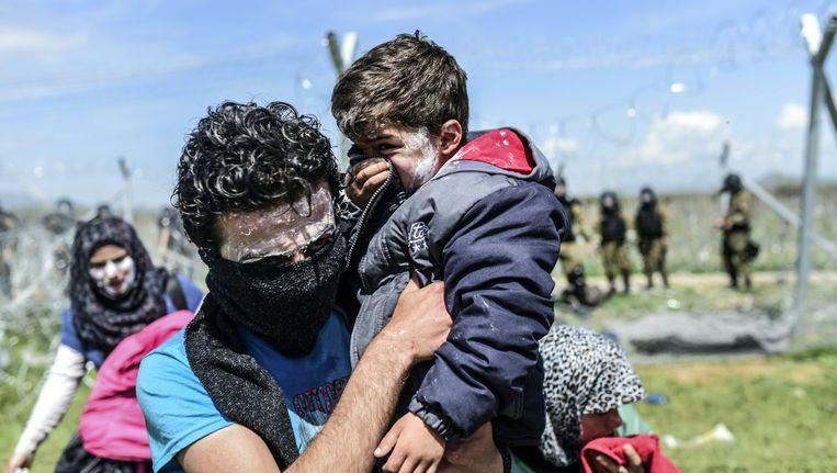 Een gezin heeft tandpasta op hun gezichten gesmeerd om zich te beschermen tegen traangas. Beeld null