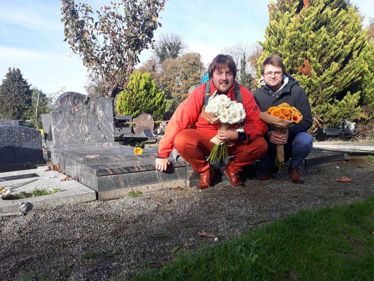 Anton Schuurmans en Erik Laureys van Jong CD&V leggen bloemen op de vergeten graven.