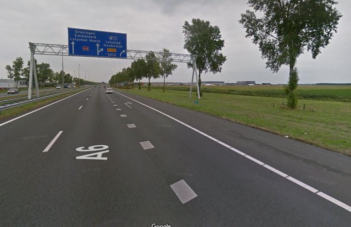 Vlakbij deze afrit op de A6 bij Lelystad vond vrijdaqgochtend een ongeval plaats.