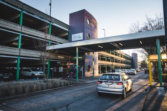 Het parkeergebouw van het UZ is veel te klein
