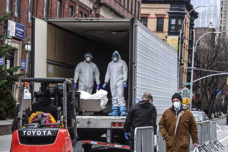 Lichamen worden in een koeltruck geladen in New York.