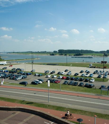 Parkeerplaatsen op Waalkade voor bedrijven fors duurder