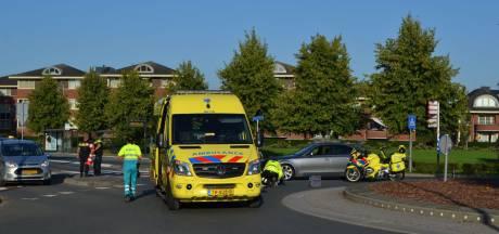 Fietsster zwaargewond naar ziekenhuis na aanrijding op rotonde in centrum van Bemmel