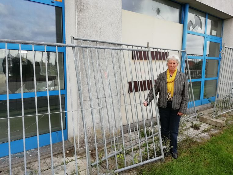 Marleen Stevens bij de stuk gegooide ramen van het zwembad. Eén raam werd volledig afgedekt.