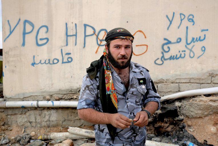 Een Koerdische strijder in Sinjar, Noord-Irak. Beeld ap