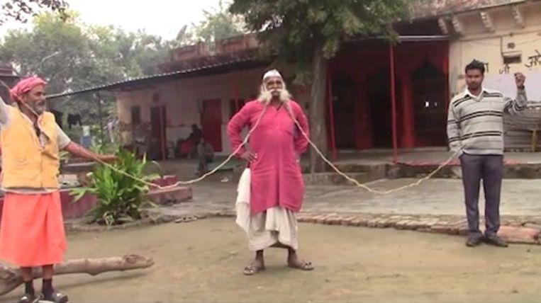 Deze Indiër spaart al dertig jaar om de langste snor ter wereld te hebben.