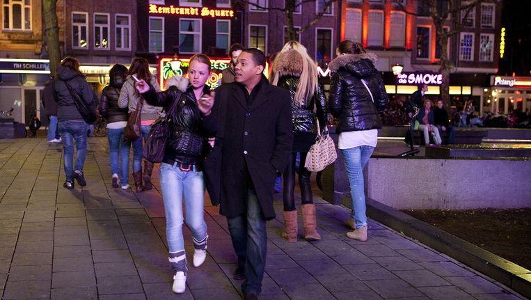 Drukte op het Rembrandtplein op een zaterdagavond. Beeld ANP