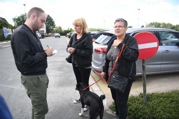 Gertie (midden)en Pili (rechts) moesten samen met hond Garcia Camping Veronique verlaten. Zij vertellen aan onze journalist (links) wat er net gebeurde.