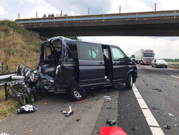 Een ongeluk op de A73 ter hoogte van Boxmeer waarbij een vrachtwagen en busje zijn betrokken zorgt voor een file.