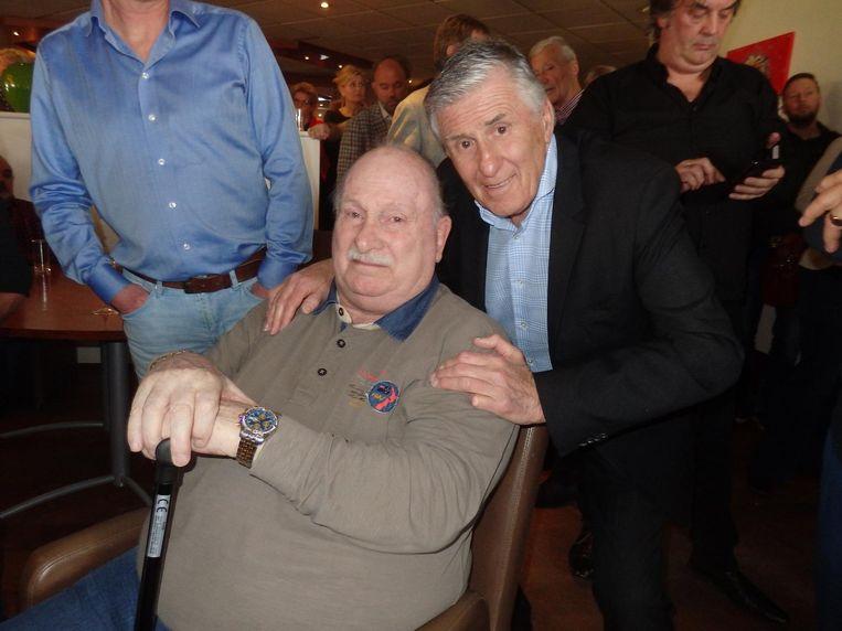 Mister Ajax Sjaak Swart overal op de foto, hier met Willie Terlee Beeld Schuim
