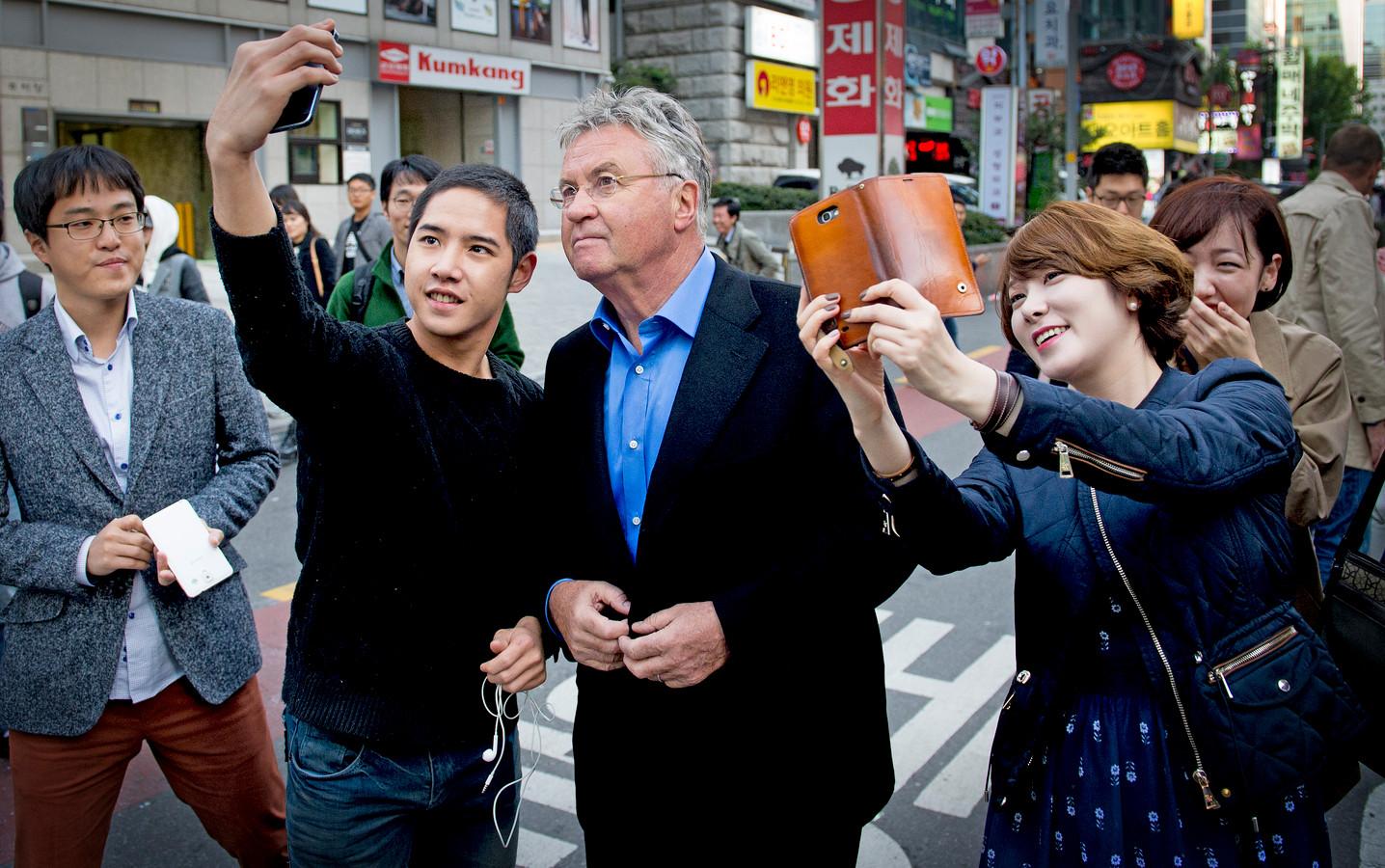Hiddink moet op straat in Seoul vaak halt houden om met Koreanen op de foto te gaan.