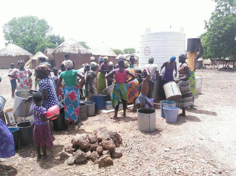 Bewoners van de regio Tamale aan een drinkwaterinstallatie die is gebouwd met hulp van studenten van De Nayer.