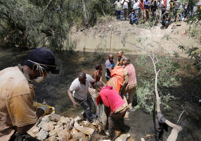 Illegale mijnwerkers zijn niet alleen regelmatig het slachtoffer van onderling geweld maar ook van ondergrondse gasexplosies, zoals in februari vorig jaar bij Middelburg in de provincie Mpumalanga. Daarbij vielen twaalf doden.