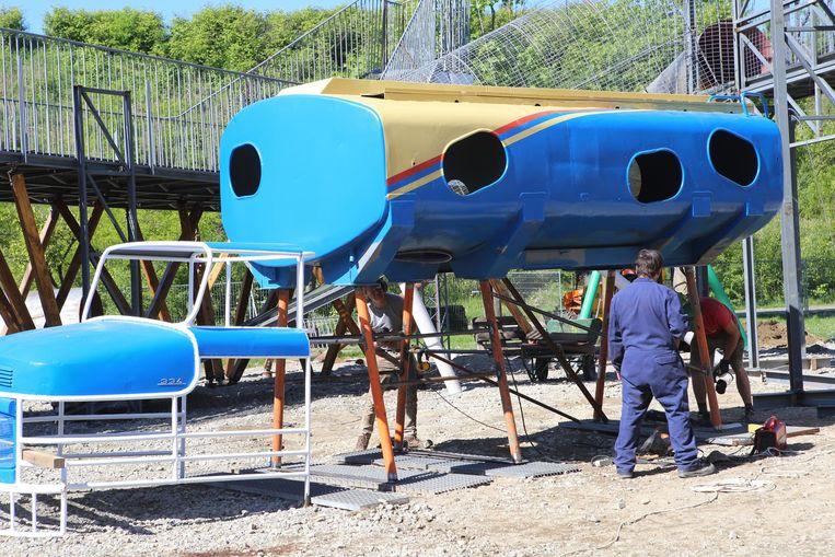Mensen van Time Circus aan het werk aan een van de attracties, gemaakt van een oude benzinetank.